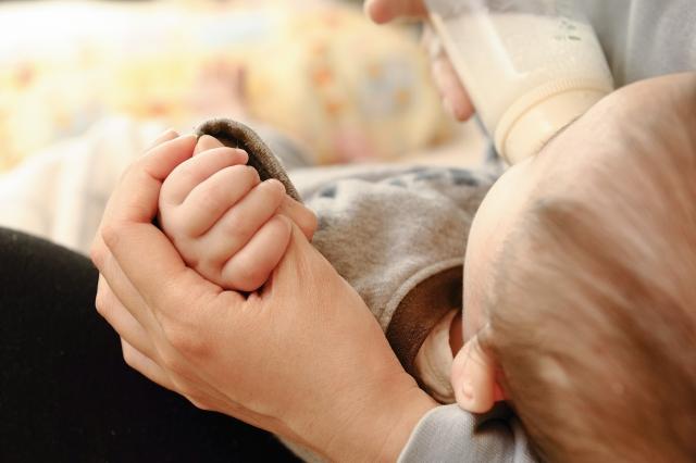 ミルクで授乳中の赤ちゃん