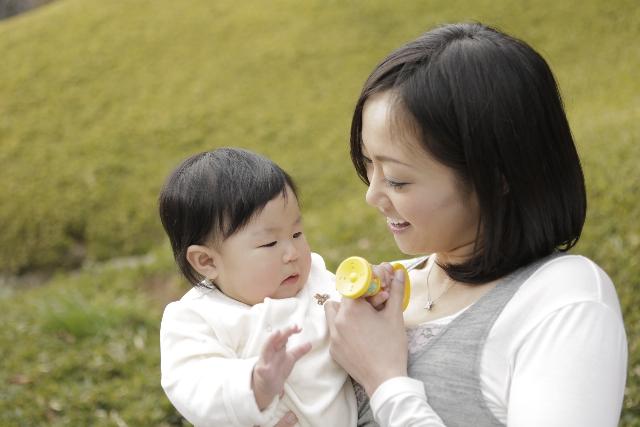 赤ちゃんとママの戯れる一時
