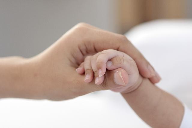 ママと赤ちゃんが手をつなぐ