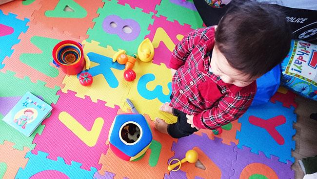 ▲早速教材のおもちゃで遊ぶ息子
