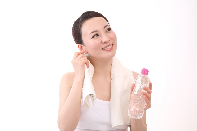 201603lady-holding-bottle-with-sweat