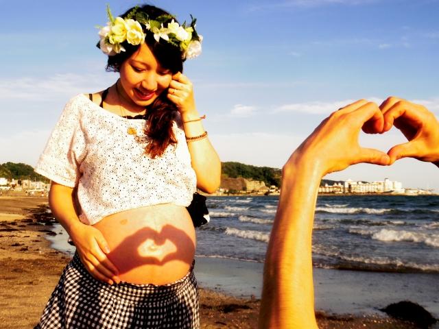 お腹にハートの陰が写る妊婦