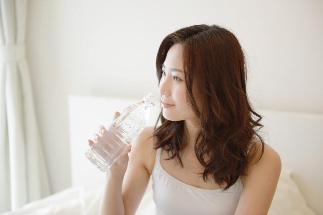 水分を補給する女性