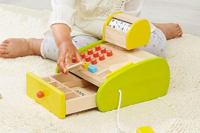 女の子向け出産祝い、赤ちゃんが大好きな おもちゃ10選